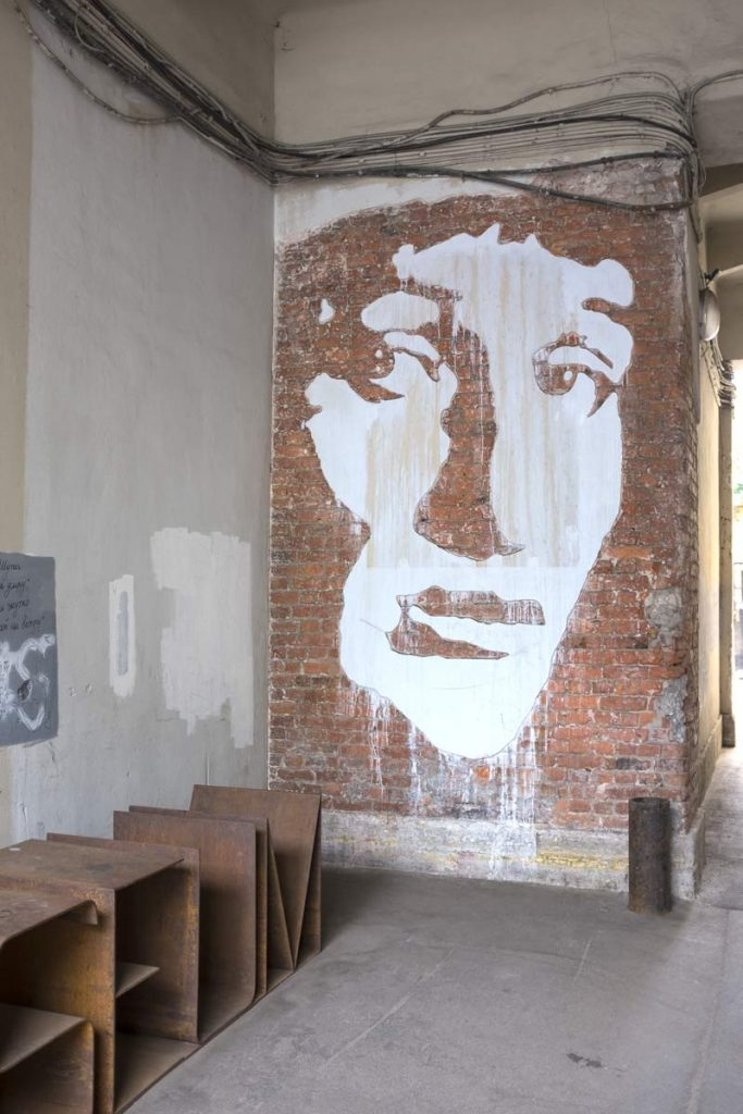 image of Anna Akhmatova on the wall of the alley leading to the museum in Saint Petersburg